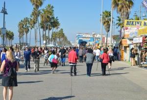VB-Crowded side walk